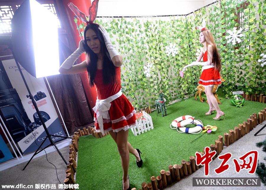 济南街头美女模特穿情趣服助阵促销制服诱惑货源在什么护士地方图片