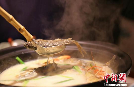 新派創意湘菜菜式的《豆漿煮魚》。 唐貴江 攝