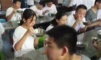 """四川广汉的一些餐馆和酒店实施了""""积分制""""和""""用餐分享制"""",以消除餐饮浪"""